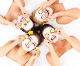 Vier Frauen mit Gesichtsmaske